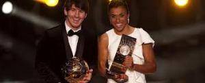 Marta con el trofeo a la mejor futbolista del año 2012, al lado de Leo Messi /Foto: Mundo deportivo.