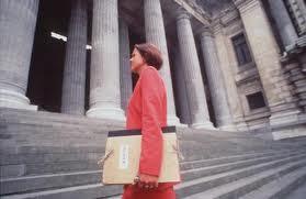 Imagen de una abogada accediendo al tribunal