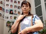 Susana Trimarco, con una foto de su hija. Detrás imágenes de mujeres argentinas desaparecidas. La Nación