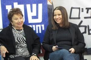 La candidata Israelí Yachimovich, junto a su madre