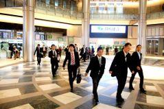 Hombres en Japón se dirigen al trabajo. Siguen siendo mayoría en el ámbito laboral. Crédito: Daan Bauwens/IPS.