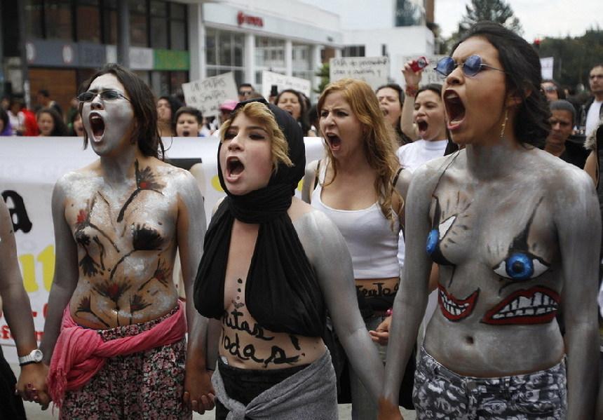 Más de cinco mil mujeres colombianas se desnudan y protestan contra la violencia de género