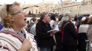 Las Mujeres del Muro reivindican su derecho a rezar ataviadas con indumentaria reservada a los hombres en el Muro de las Lamentaciones en Jerusalén. :: Ana Cardenes/ EFE