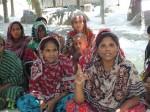 Anisa Begum (derecha) capacita a otras mujeres en nuevas técnicas agrícolas. Foto: NaimulHaq_IPS