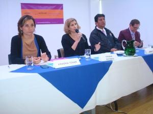 De izq a der, Ariadna Tova, Viviana Waisman con lideres comunitarios.Foto/La Independent