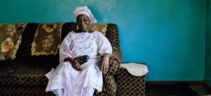 """Yalmamie Sesay, una de las """"mammie queen"""" que se encargan de mediar en litigios de poca importancia en Sierra Leona (2013 Aubrey Wade. All rights reserved Yalmamie Sesay, una de las """"mammie queen"""" que se encargan de mediar en litigios de poca importancia en Sierra Leona (2013 Aubrey Wade. All rights reserved"""
