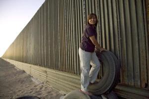 Descripción: Una mujer junto a la valla fronteriza entre México y EEUU en San Luis del Rio Colorado, en Sonora/ Foto El Mundo Descripción: Una mujer junto a la valla fronteriza entre México y EEUU en San Luis del Rio Colorado, en Sonora/ Foto El Mundo