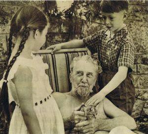 Ezra Pound junto a sus nietos Patrizia y Walter Siegfried. Foto El País