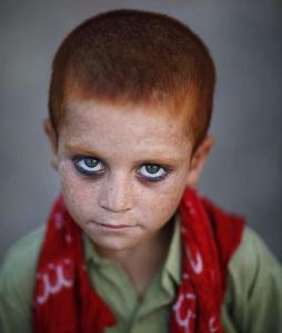Niña de la colonia afgana que vive en un campo de refugiados de las afueras de Islamabad pakistan/ AP