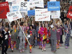 Una falsa protesta feminista cierra el desfile de Karl Lagerfeld