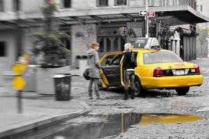 Una mujer se dispone a subir a un taxi sólo para mujeres en Manhattan. BOB JAGENDORF