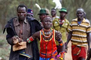 La ablación genital es una práctica prohibida desde 2011, pero en esta tribu Pokot en Kenia continúa siendo muy común. Aunque muchas se resisten, es un rito obligatorio. (Siegfried Modola / REUTERS).