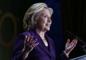 Hillary Clinton, vestida de morado, durante su discurso en la gala de la organización EMILY's List.. Foto: Reuters