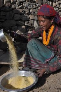 Kali Sunar, de 25 años, apenas cosecha lo suficiente en su pequeña parcela de tierra para alimentar durante tres meses al año a su familia de seis personas. Crédito: Renu Kshetry / IPS