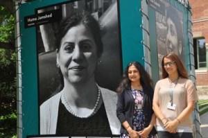 Exposición Mujeres del Mundo en Barcelona: en la foto de izquierda a derecha:  La Directora del Proyecto y del Instituto de la Universidad de Naciones Unidas Nair Parvati y Tatiana Diniz, autora del proyecto. Foto: Amada Santos